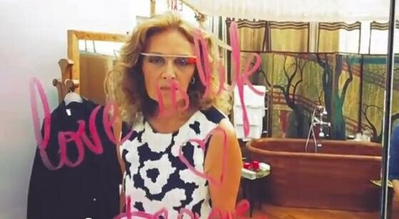 Designerin Diane von Furstenberg trug Google Glass auf der Fashion Week in New York. (Bild: Screenshot YouTube/Google)