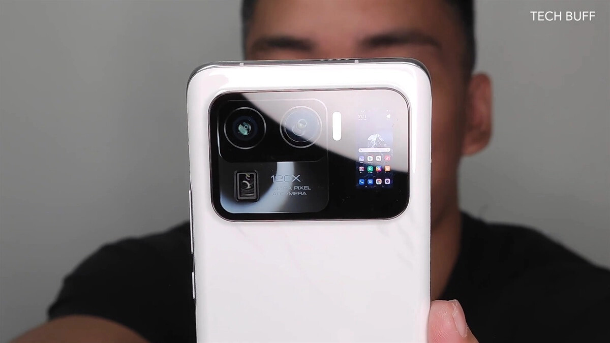 A second display can clearly be seen on the back, which can even show the home screen.