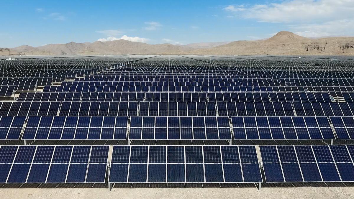 Taman surya yang telah didirikan terdiri dari lebih dari 300.000 panel individu.