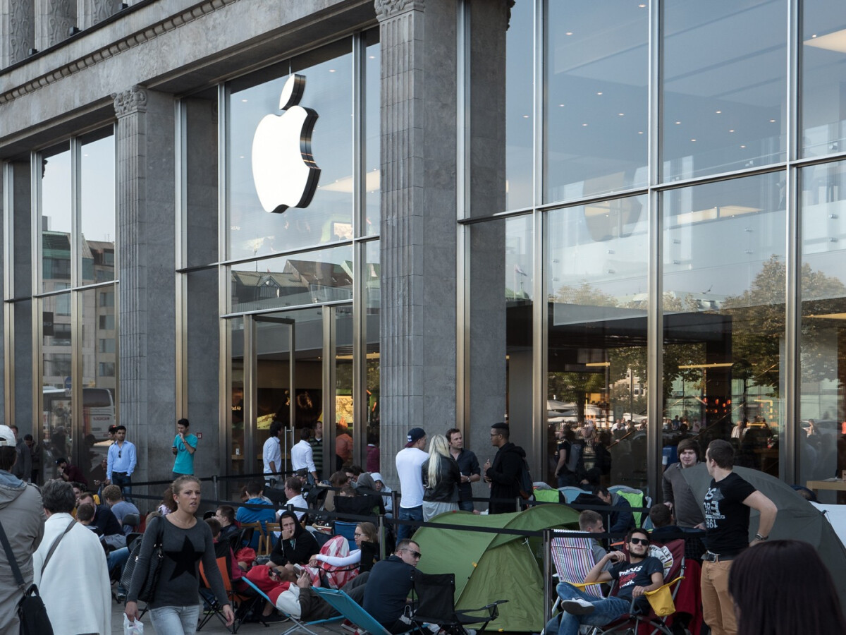 Camping in front of the Apple Store is no longer possible.  The shops will have to close on Wednesday due to the lockdown.