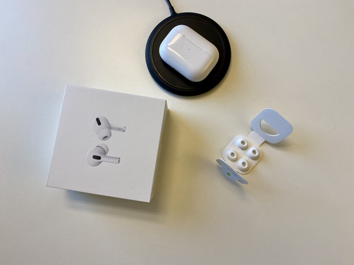 The AirPods Pro can be charged wirelessly via the charging case.  A corresponding charging puk is not included in the scope of delivery.  This includes three different silicone attachments.