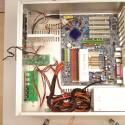 Hier steht das Mainboard bereits unter Strom, die weiteren Verkabelungen werden auf den nächsten Bildern gezeigt..