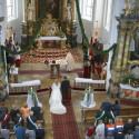 In weiß in der Kirche.