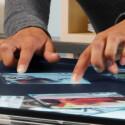 Mit zwei Fingern werden Fotos vergrößert