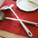 Rauch, Teller und Kochlöffel - gekocht wird hier jedoch nicht. Das Metall der Löffel kühlt den Rauch und verlangsamt ihn.