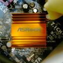 Der Grafikkarten-Kühler identifiziert das ASRock-Mainboard.