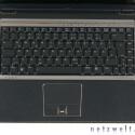 Zwischen dem Links- und Rechtsklick sitzt ein Fingerabdruckscanner als Passwortersatz. Die hakelige Oberfläche des Touchpads enttäuscht.