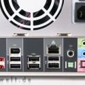 Sechsmal USB, FireWire, zwei DVI-Ports, Ethernet und Acht-Kanal-Audio lassen kaum Wünsche offen. Auf HDMI wurde verzichtet, auch Altlasten wie VGA-Out oder PS/2 finden keinen Platz.