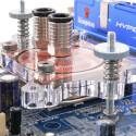 Neben den satten 400 Euro für das Aquaduct wirken weitere 30 Euro für einen CPU-Kühler vergleichsweise günstig. Der cuplex Pro von Aqua Computer zeichnet sich durch seine simple Handhabung aus, gehört aber leider nicht zum Lieferumfang.