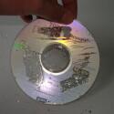 Durch das Abkratzen der Oberseite wird der CD-Rohling durchsichtig.