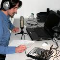 Netzwelt-Redakteur Patrick Woods mit dem Behringer Podcastudio.