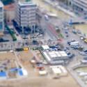 Spielzeugmenschen und Pappgebäude sind hier nur scheinbar zu sehen.