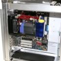 Besondere Klempner-Kenntnisse sind nicht erforderlich. In Höhe und Breite fällt das komplett einbaufertige System nicht größer aus als das Lüftergitter eines PC-Gehäuses, während die Länge unter der eines ausgewachsenen Mainboards bleibt.