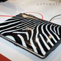 Toshiba treibt es bunt und lackiert das Satellite A100 in Zebra-Optik, ....