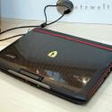 Damit bringt es das schwarz-rote 12-Zoll-Subnotebook auf nur 1,7 Kilogramm.