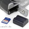 Der Lithium-Ionen-Akku schafft 400 Fotos mit einer Ladung. Die Bilder werden auf SD-Speicherkarten geschrieben.