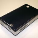 Der 5,4 x 9,9 x 1,7 Zentimeter große Nano Projetor von Sypro Optics arbeitet mit der DLP-Spiegeltechnik von Texas Instruments. Sein Lichtstrom wird mit zehn Lumen angegeben. Das Bild soll aber nach Augenzeugenberichten deutlicher und kontrastreicher sein als das von Konkurrenzprodukten mit dem gleichen Wert. Die Auflösung des Nano Projectors liegt bei 480 x 320 Pixeln. Zusätzlich zu dem Stand-Alone-Gerät hat Sypro noch eine Modul-Variante des Kleinstbeamers im Katalog, das zum Beispiel in Handys eingebaut werden kann.