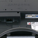 Anders als die anderen Samsung-Monitore mit TN-Panel besitzt das 19-Zoll-Display eine verbesserte Hintergrundbeleuchtung (Backlight), die auf so genannten Kaltkathoden-Leuchtröhren basiert. Dadurch soll der 931C gegenüber gewöhnlichen Geräten einen um etwa 15 Prozent erweiterten Farbraum abdecken und somit gut 97 Prozent des NTSC-Bildstandards