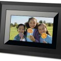 Display: 10 Zoll / Auflösung: 800 x 480 Pixel / Bildschirmformat: 16:9 / Speicherkarten: SD, MMC, MS, MD, xD, CF / Audioformate: MP3 / Videoformate: AVI, MOV, MPEG1, MPEG4 / Kontrastverhältnis: 300:1 / interner Speicher: 128 MB / Abmessungen: 330 x 241 x 41 mm
