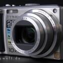 Die Panasonic Lumix DMC-TZ5 mit aufnahmebereitem Objektiv.