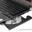 Dass unter der enorm kompakten Bauform die Kontaktfreude leiden muss, stimmt in diesem Fall nur bedingt. Nur zwei USB-Ports sind zwar zweifelsohne wenig, doch davon abgesehen steht das Vaio TZ manch größerem Mittelklasse-Notebook in nichts nach.