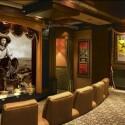 Kinosaal für den amerikanischen Geschmack. Die Bilder rechts bestehen aus Bildschirmen.
