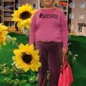Die selbsternannte Alzheimer-Bulimie-Expertin Cindy aus Marzahn vor ihrer geliebten Plattenbausiedlung.