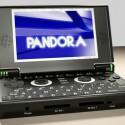Eine Animation wie der Pandora aussehen soll. Vorne befinden sich neben dem Power-Schalter, zwei SD-Kartenleser und der Audio-Ausgang.