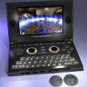 Ein Pandora-Prototyp der anders aussieht als die Entwürfe und andere Prototypen im Größenvergleich mit zwei Münzen.