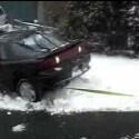 Ganz schön dämlich sein Auto derart im Schnee festzufahren. Noch dämlicher sind höchstens die Versuche ein paar junger Männer, das Auto per Abschleppseil wieder frei zu bekommen (<a href=http://www.boreme.com/boreme/funny-2004/m_snowtow-p1.php target=_blank>Clip ansehen: WMV</a>).