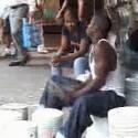 Auch dieser junge Mann hat den Rhythmus im Blut: Was er in dem <a href=http://www.youtube.com/watch?v=zCvTG4nSPOE& target=blank>Video mit zwei Drumsticks und ein paar Farbeimern anstellt</a>, lässt wohl so manchem Schlagzeuger die Schamesröte ins Gesicht treten.
