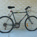 Ian weiß selber nicht wie alt sein Fahrrad ist. Aber wenn Sie ihn bitten flickt er bestimmt noch die Reifen.