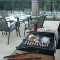 Mit dem BBQ-Grill können Sie alte und neue Freunde zum gemütlichen Abendessen einladen.