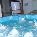 Nicht nur von Sofa und Küche aus haben Sie die Leinwand im Blick. Auch aus dem Whirlpool können sie Filme schauen.