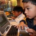 Große Kinderaugen starren auf den neuen Classmate PC.