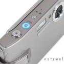 Typisch für Samsung: Ein blauer Ring ziert den Power.Knopf, wenn das Gerät eingeschaltet ist. Ob Monitor, TV-Gerät oder Digitalkamera, die Einschaltknöpfe sind immer gleich beleuchtet.