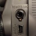 Der Anschluss kann für eine Kabelfernbedienung oder ein externes Mikrofon genutzt werden. Der USB stellt die Verbindung zur SD-Karte her