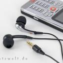 Zum Lieferumfang gehören recht gute In-Ear-Kopfhörer.