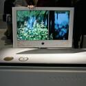 Warum nicht mal mit ein wenig Stoff? Die Front dieses LCD-Fernsehers ist mit feinen Ornamenten bestickt.
