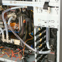 Der Kühlkreislauf: Pumpen-Auslass (unten) -> CPU -> Northbridge -> 1. Radiator (offene Seitentür) -> Grafikkarte -> Festplatte 1 -> Festplatte 2 -> 2. Radiator -> Ausgleichsbehälter -> Pumpen-Einlass (oben).