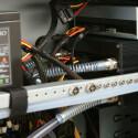 Da SATA-Festplatten ein bisschen wärmer werden können, haben wir unserer Systemplatte, eine Western Digital Raptor und unserer Datenplatte, einer Seagate Barracuda, ein wassergekühltes Gehäuse spendiert. Diese Festplattenkühler, zwei HDM L-Pro von Innovatek reduzieren dabei nicht nur das Temepratur- sondern auch das Geräuschniveau.