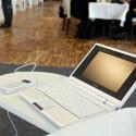 Zunächst in Schwarz oder in Weiß erhältlich, später auch in anderen Farben: Auch weiteres Zubehör, wie dieses Skype-Telefon, ist für die Modellreihe geplant.