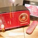 Selbst ein altes Radio muss dran glauben.