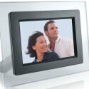 Display: 7 Zoll / Auflösung: 480 x 234 Pixel / Bildschirmformat: 3:2 / Speicherkarte: SD, MMC / Helligkeit: 200 cd/m² / Kontrastverhältnis: 300:1 / USB-Port / integrierte Uhr / Kalender-Funktion / Diashow / Abmessungen: 345 x 225 x 65 mm / Gewicht: 800 g