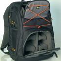 Der optisch verspielte Rucksack bietet einem Kameragehäuse und zahlreichen Linsen Platz.