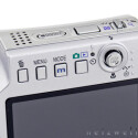 Auf das nötigste beschränkt - Gerade einmal vier Tasten plus Navigationscursor beherbergt die Rückseite der Kamera.