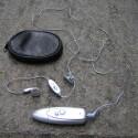 Neben praktischem Leder-Etui und Headset liegt dem F1K nichts bei - eine Dokumentation sucht man (noch) vergeblich.