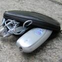 Das F1K lässt sich samt Headset im schicken Leder-Etui verstauen.