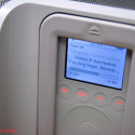Das Bild des MP3-Spielers wurde bei offener Blende im Innenraum aufgenommen, um die geringe Schärfentiefe zu verdeutlichen, die das Tamron dem Fotografen ermöglicht. Verbunden mit der Nahgrenze von lediglich 27 Zentimetern erhält der Fotograf so einen kreativen Spielraum, der Kit-Objektive weit hinter sich lässt.
