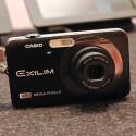 Die kleine Casio-Kompaktkamera EXZ-90 passt nahezu in jede Hosentasche.